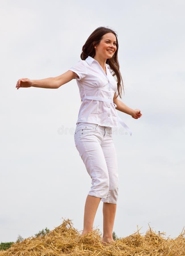 μόνιμη γυναίκα αχύρου στοκ εικόνα