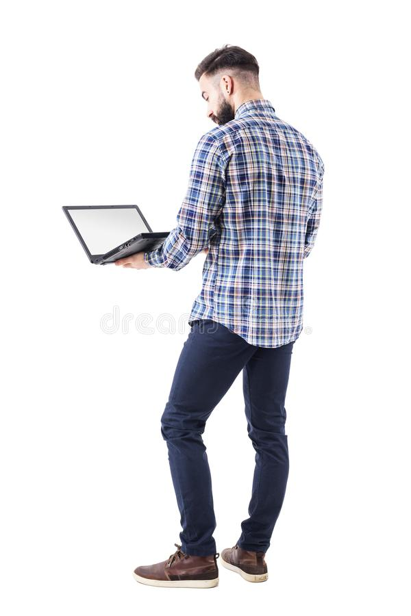 Μόνιμη επαγγελματική εκμετάλλευση και χρησιμοποίηση επιχειρησιακών ατόμων του φορητού προσωπικού υπολογιστή με την κενή οθόνη στοκ φωτογραφίες