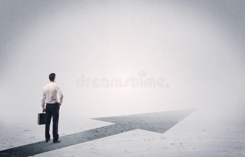 Μόνιμος πωλητής κοιτάζοντας μπροστά με το βέλος στοκ φωτογραφία με δικαίωμα ελεύθερης χρήσης