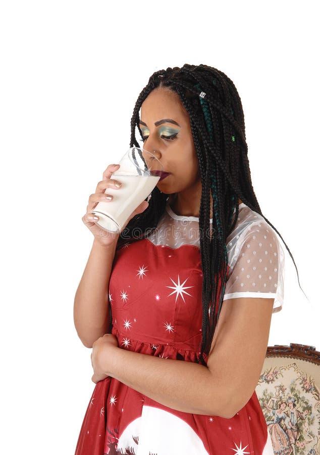 Μόνιμο και πόσιμο γάλα νέων γυναικών στοκ φωτογραφία με δικαίωμα ελεύθερης χρήσης