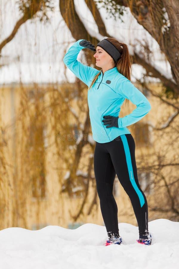 Μόνιμο κορίτσι, που φορά χειμερινό sportswear, αστικό υπόβαθρο στοκ φωτογραφίες με δικαίωμα ελεύθερης χρήσης
