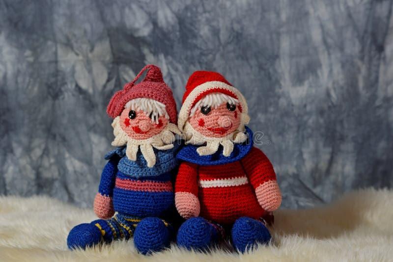 Μόνοι γίνονται πλεγμένοι χαρακτήρες διακοσμήσεων Χριστουγέννων στοκ εικόνες