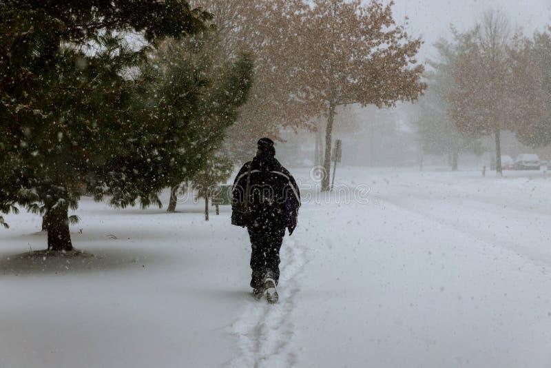 Μόνος αριθμός του ανθρώπου σε έναν χιονώδη δρόμο κατά τη διάρκεια των χιονοπτώσεων το χειμώνα στοκ φωτογραφίες με δικαίωμα ελεύθερης χρήσης