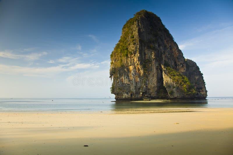 Βράχος σε μια παραλία κοντά σε Krabi, Ταϊλάνδη στοκ εικόνα