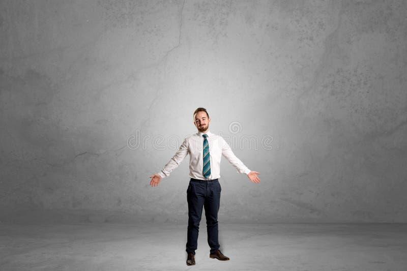 Μόνος επιχειρηματίας που στέκεται σε ένα σκοτεινό δωμάτιο στοκ φωτογραφία με δικαίωμα ελεύθερης χρήσης