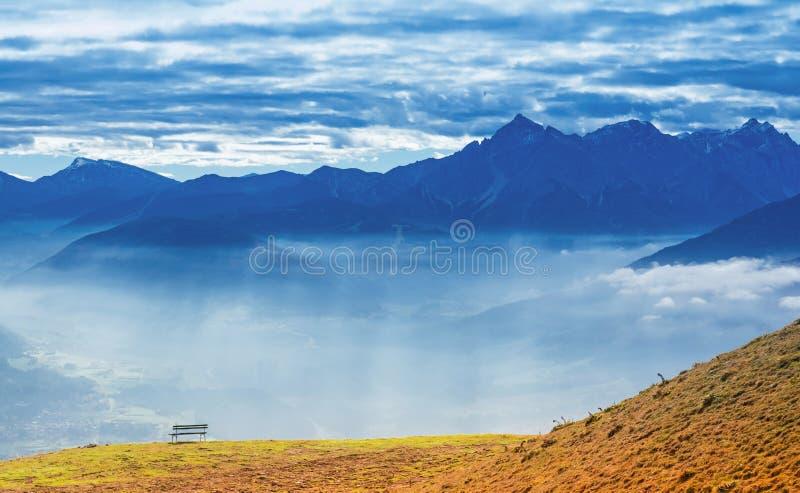 Μόνος πάγκος στην κορυφή βουνών στοκ εικόνα