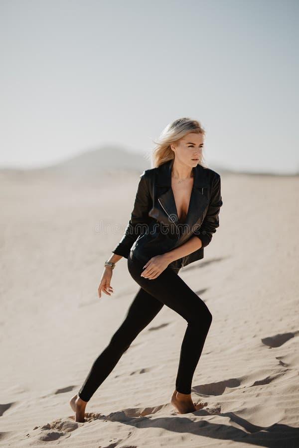 Μόνος περίπατος γυναικών στην έρημο στοκ εικόνες