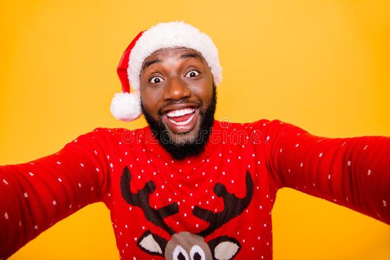 Μόνος-πορτρέτο δικοί του αυτός συμπαθητικός ελκυστικός εύθυμος χαρωπός τύπος που φορά την εορταστική παράδοση Δεκεμβρίου κοστουμι στοκ φωτογραφία με δικαίωμα ελεύθερης χρήσης