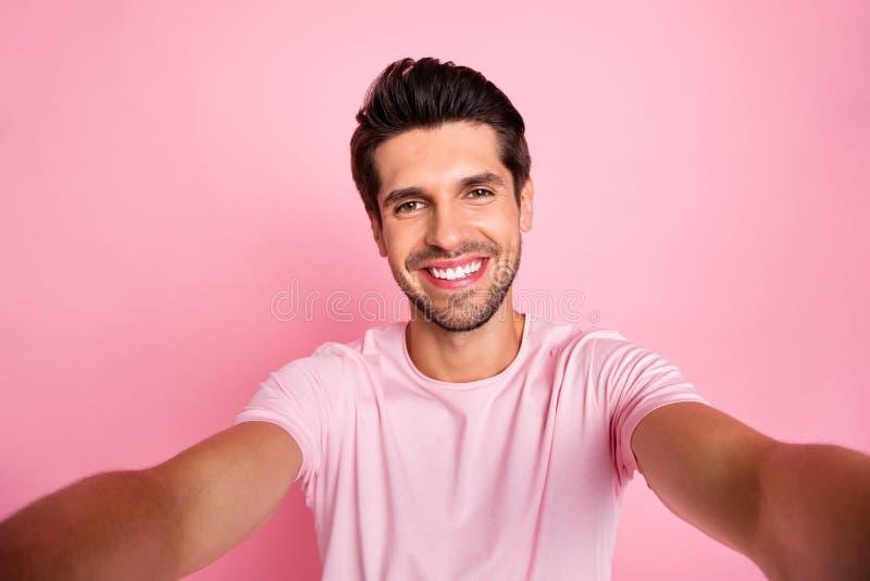 Μόνος-πορτρέτο δικοί του αυτός συμπαθητικός ελκυστικός καλός εύθυμος χαρωπός βέβαιος ικανοποιημένος τύπος που ξοδεύει τις εφεδρικ στοκ εικόνες