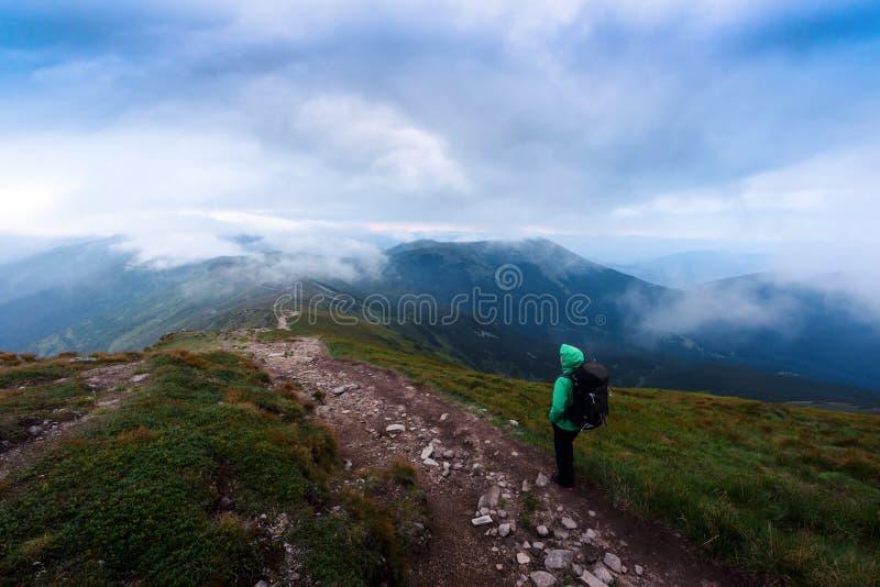Μόνος τουρίστας που μένει στην άκρη του απότομου βράχου στοκ εικόνα με δικαίωμα ελεύθερης χρήσης