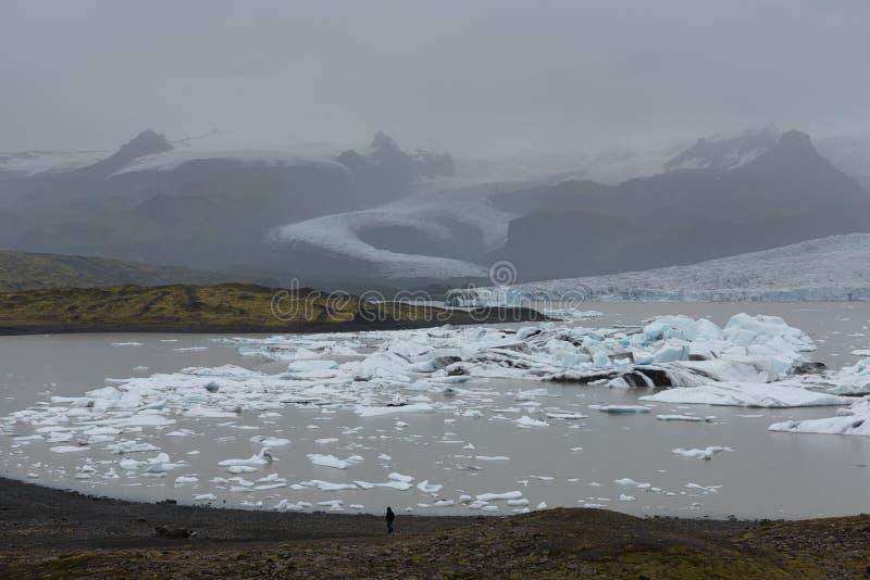 Μόνο άτομο στη λιμνοθάλασσα παγετώνων στην Ισλανδία στοκ εικόνες