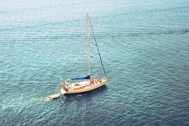 Μόνο γιοτ στον ωκεανό. αλιευτικό σκάφος στη θάλασσα στοκ εικόνες