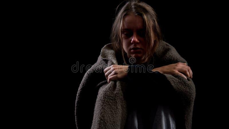 Μόνο εθισμένο θηλυκό που καλύπτεται με το κάλυμμα που υφίσταται το σύμπτωμα απόσυρσης, κατάχρηση στοκ φωτογραφίες με δικαίωμα ελεύθερης χρήσης