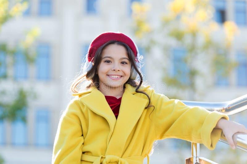 Μόνο καλές εικόνες Εκπληκτικός ήχος Κορίτσι με ακουστικά αστικό φόντο Στερεοφωνικός ήχος Φθινοπωρινή στολή κοριτσιών στοκ εικόνα με δικαίωμα ελεύθερης χρήσης