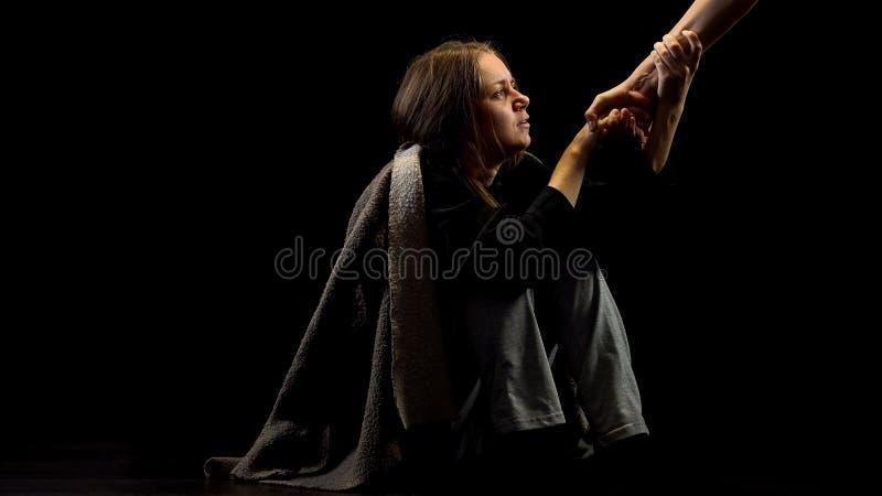 Μόνο καταθλιπτικό θύμα της οικογενειακής βίας που παίρνει το χέρι βοηθείας, έννοια πεποίθησης στοκ φωτογραφία