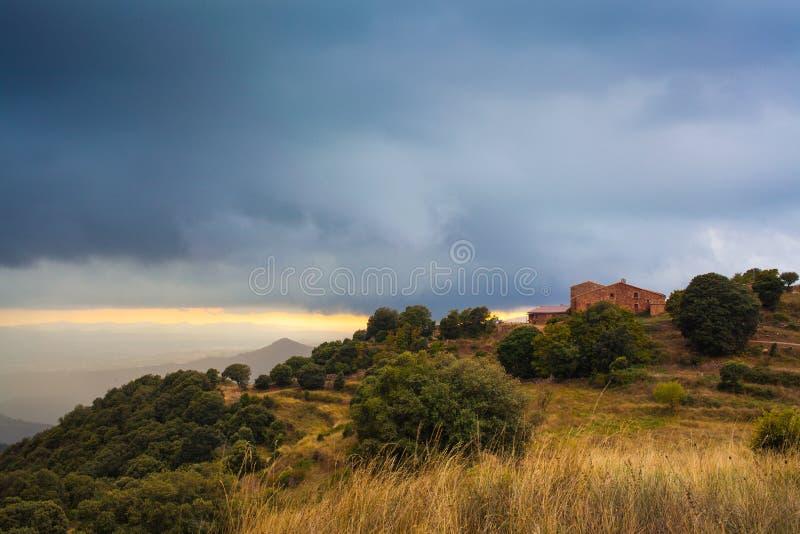 Μόνο καταλανικό farmerhouse κάτω από τη καταιγίδα στοκ εικόνα