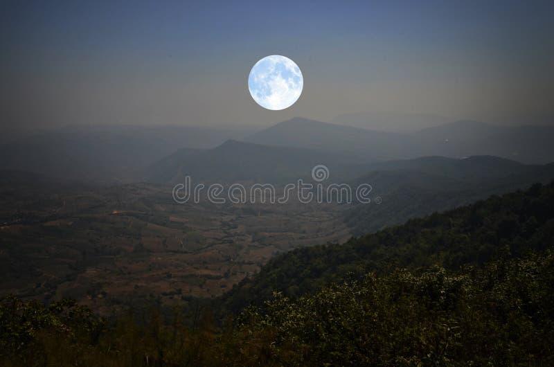 Μόνο μπλε φεγγάρι πέρα από την κοιλάδα στη νύχτα στοκ φωτογραφία με δικαίωμα ελεύθερης χρήσης