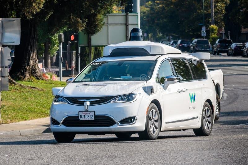 Μόνο οδηγώντας αυτοκίνητο Waymo που εκτελεί τις δοκιμές σε μια οδό κοντά στην έδρα Google ` s στοκ φωτογραφία με δικαίωμα ελεύθερης χρήσης