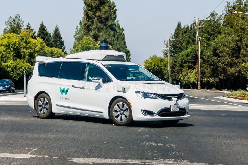Μόνο οδηγώντας αυτοκίνητο Waymo που εκτελεί τις δοκιμές στοκ φωτογραφία με δικαίωμα ελεύθερης χρήσης