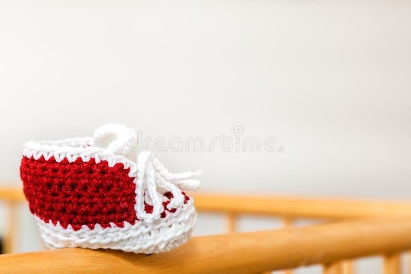 Μόνο πλεγμένο παπούτσι μωρών στοκ εικόνες με δικαίωμα ελεύθερης χρήσης