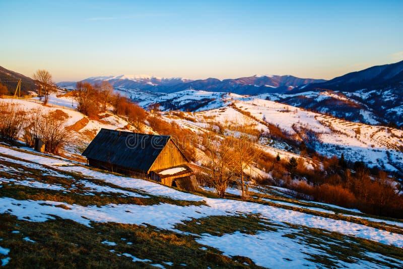Μόνο σπίτι που στέκεται στη βουνοπλαγιά Λειώνοντας χιόνι την άνοιξη στοκ φωτογραφίες