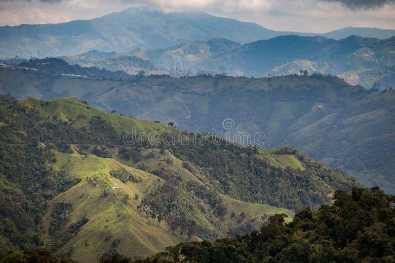 Μόνο σπίτι στα πράσινα βουνά στοκ φωτογραφία με δικαίωμα ελεύθερης χρήσης