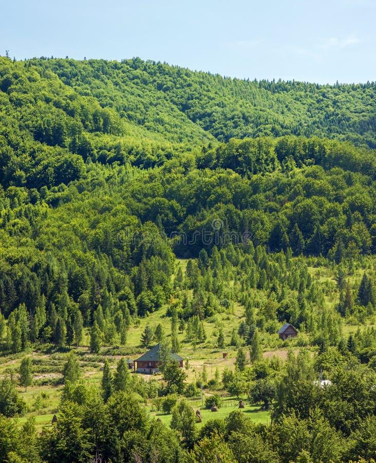 Μόνο σπίτι στα πράσινα βουνά στοκ εικόνες με δικαίωμα ελεύθερης χρήσης