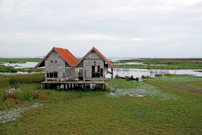 Μόνο σπίτι στη λίμνη στοκ φωτογραφίες με δικαίωμα ελεύθερης χρήσης