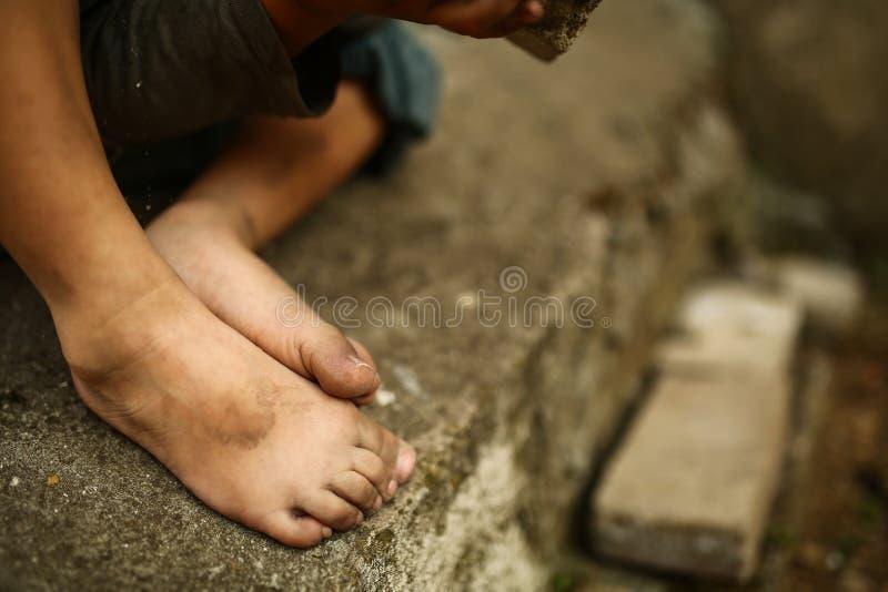 Μόνο λυπημένο παιδί σε μια οδό στοκ φωτογραφίες