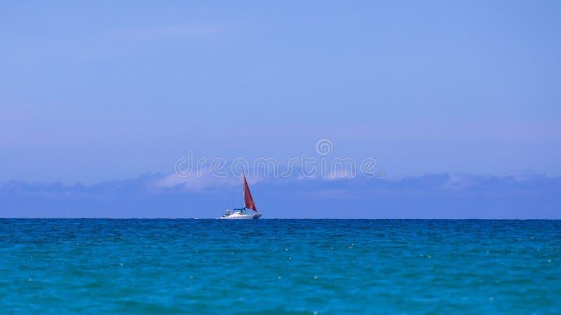 Μόνο sailboat στη μέση του Ειρηνικού Ωκεανού, μεγάλο νησί, Χαβάη στοκ εικόνες με δικαίωμα ελεύθερης χρήσης