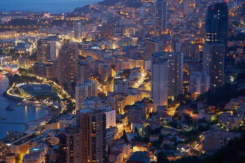 Μόντε Κάρλο, φωτισμένη άποψη πόλεων το βράδυ, Μονακό στοκ φωτογραφίες με δικαίωμα ελεύθερης χρήσης