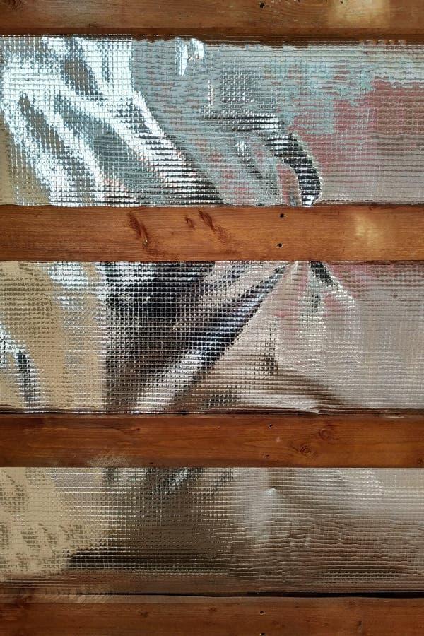 Μόνωση της στέγης του σπιτιού στο εσωτερικό με τη χρήση μιας ταινίας π στοκ εικόνες