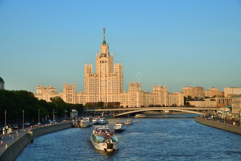 Μόσχα, άποψη στον ποταμό της Μόσχας και το σπίτι ουρανοξυστών σταλινιστών στοκ εικόνες