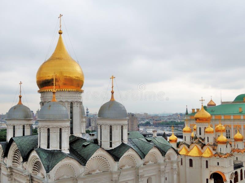 Μόσχα Κρεμλίνο, άποψη ματιών πουλιών Χρυσοί θόλοι των παλαιών εκκλησιών στοκ φωτογραφίες