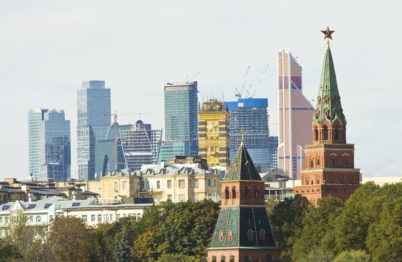 Μόσχα, Κρεμλίνο και σύγχρονοι ουρανοξύστες στοκ φωτογραφία