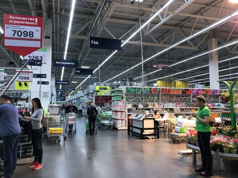 07 2019, Μόσχα: Οι αγοραστές περπατούν μέσω της υπεραγοράς του Leroy Merlen στοκ εικόνες με δικαίωμα ελεύθερης χρήσης