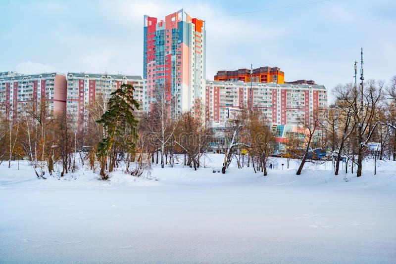 Μόσχα, περιοχή Butovo, νέο κτήριο, άποψη από το παράθυρο στο έδαφος κοντά στο σπίτι, καινούργια σπίτια, κτήριο στοκ εικόνες