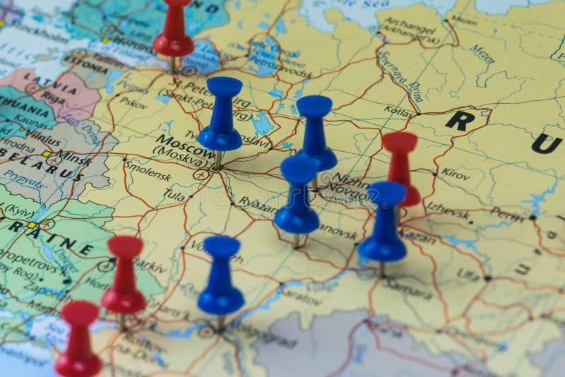 Μόσχα που καρφώνεται με άλλες πόλεις τόπων συναντήσεως Παγκόσμιου Κυπέλλου σε έναν χάρτη κινηματογραφήσεων σε πρώτο πλάνο για το  στοκ εικόνες με δικαίωμα ελεύθερης χρήσης