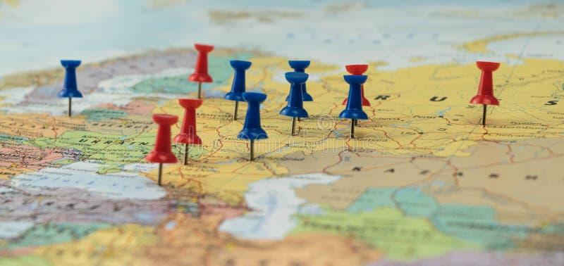 Μόσχα που καρφώνεται με άλλες πόλεις τόπων συναντήσεως Παγκόσμιου Κυπέλλου σε έναν χάρτη κινηματογραφήσεων σε πρώτο πλάνο για το  στοκ εικόνες