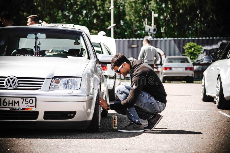 Μόσχα, Ρωσίας - 06,2019 Ιουλίου: Ένα άτομο καθαρίζει τις ρόδες του Volkswagen του Bora Πεταγμένο ασημένιο αυτοκίνητο στην αναστολ στοκ φωτογραφία με δικαίωμα ελεύθερης χρήσης