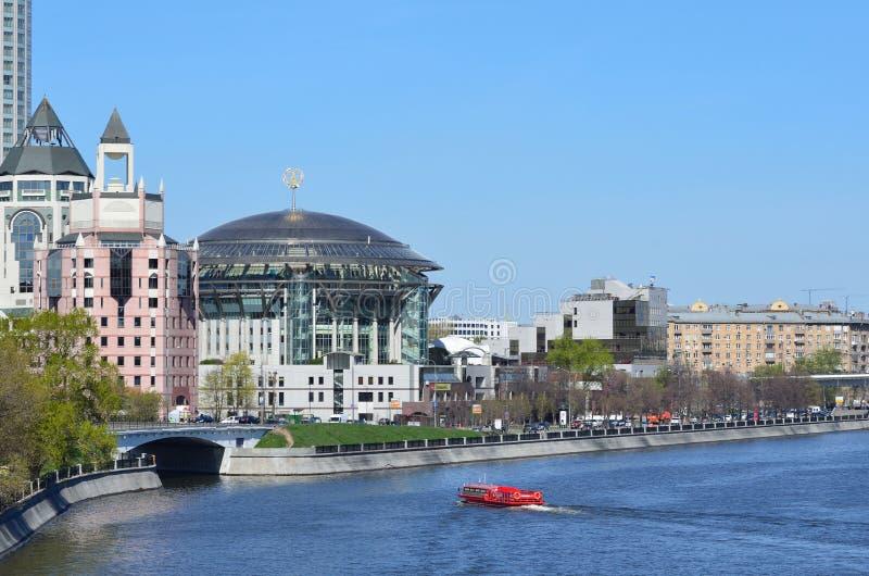Μόσχα, Ρωσία, 26.2014 Απριλίου, ρωσική σκηνή: Κανένας, διεθνές σπίτι της Μόσχας της μουσικής και εμπορικό κέντρο σε Shlyuzovaya e στοκ εικόνα με δικαίωμα ελεύθερης χρήσης