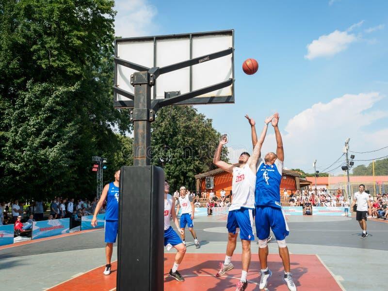Μόσχα, Ρωσία - 4 Αυγούστου 2018: Παίζοντας καλαθοσφαίριση ομάδας στο πάρκο του Γκόρκυ το καλοκαίρι Το παίχτης μπάσκετ ρίχνει τη σ στοκ εικόνα
