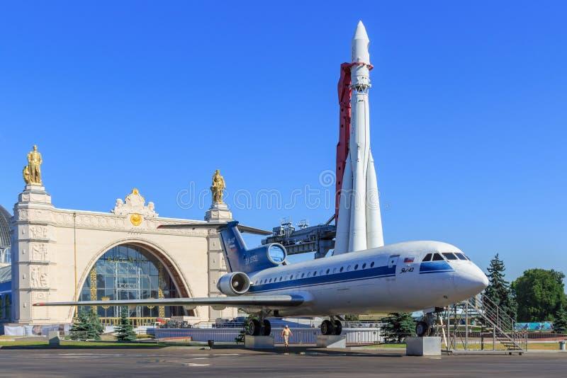 Μόσχα, Ρωσία - 1 Αυγούστου 2018: Σοβιετικά αεροσκάφη yak-42 επιβατών και συμπληρωματικός πύραυλος Vostok σε ένα υπόβαθρο του διασ στοκ φωτογραφία με δικαίωμα ελεύθερης χρήσης