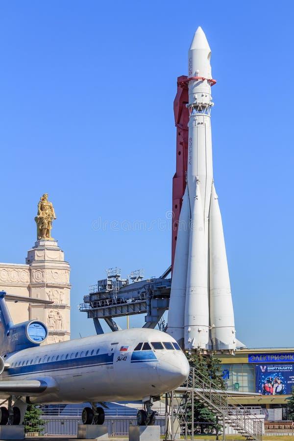 Μόσχα, Ρωσία - 1 Αυγούστου 2018: Σοβιετικό επιβατηγό αεροσκάφος yak-42 και συμπληρωματικός πύραυλος Vostok κοντά στο διάστημα περ στοκ φωτογραφίες με δικαίωμα ελεύθερης χρήσης