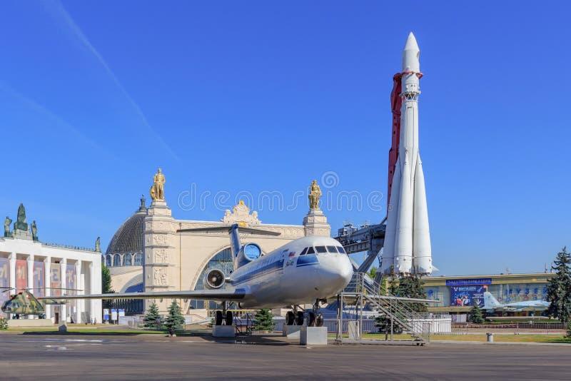 Μόσχα, Ρωσία - 1 Αυγούστου 2018: Σοβιετικό επιβατηγό αεροσκάφος yak-42 και συμπληρωματικός πύραυλος Vostok στην έκθεση των επιτευ στοκ φωτογραφίες με δικαίωμα ελεύθερης χρήσης