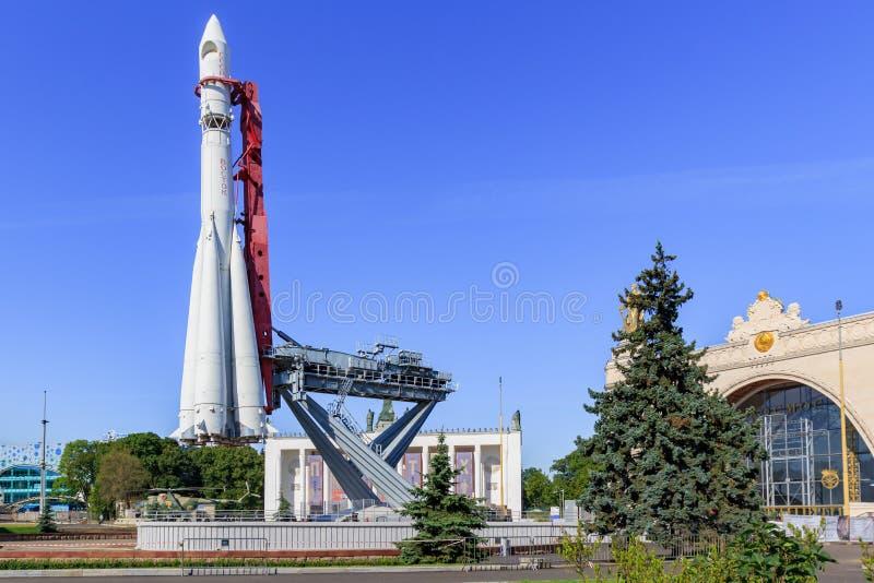 Μόσχα, Ρωσία - 1 Αυγούστου 2018: Συμπληρωματικός πύραυλος Vostok άποψης σε ένα υπόβαθρο του διαστήματος περίπτερων σε VDNH στη Μό στοκ εικόνες