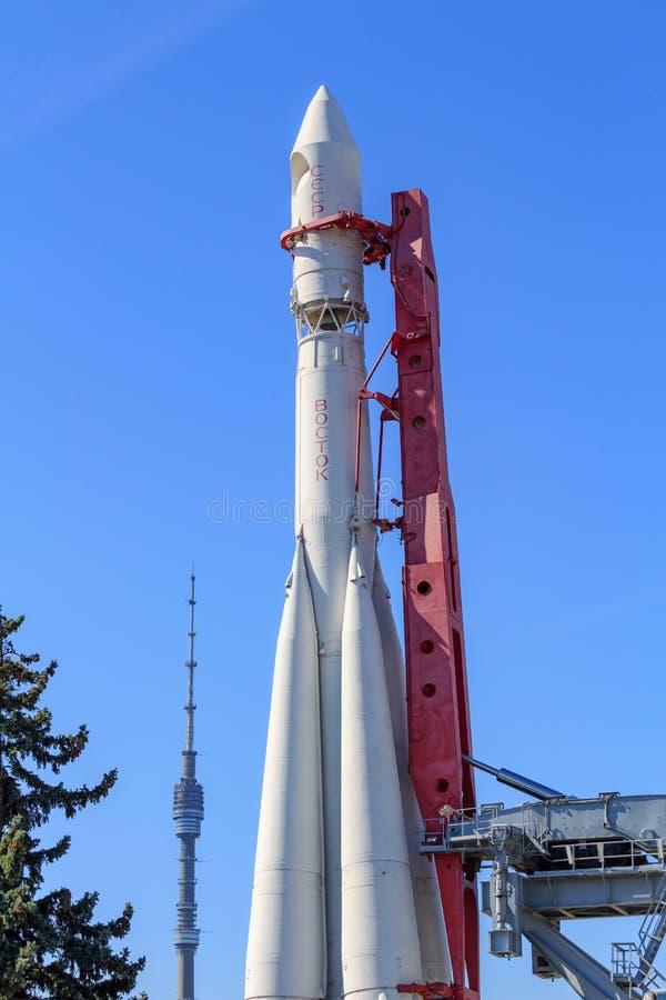 Μόσχα, Ρωσία - 1 Αυγούστου 2018: Συμπληρωματικός πύραυλος Vostok ενάντια στον τηλεοπτικό πύργο Ostankino στην έκθεση των επιτευγμ στοκ εικόνες