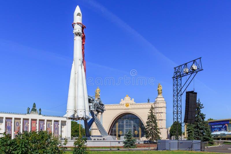 Μόσχα, Ρωσία - 1 Αυγούστου 2018: Συμπληρωματικός πύραυλος Vostok σε ένα υπόβαθρο του διαστήματος περίπτερων στην έκθεση των επιτε στοκ εικόνες με δικαίωμα ελεύθερης χρήσης