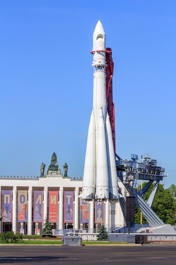 Μόσχα, Ρωσία - 1 Αυγούστου 2018: Συμπληρωματικός πύραυλος Vostok σε ένα υπόβαθρο της μεταφοράς περίπτερων στην έκθεση των επιτευγ στοκ εικόνα με δικαίωμα ελεύθερης χρήσης
