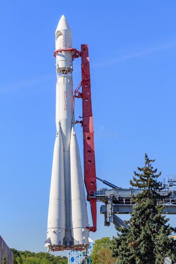 Μόσχα, Ρωσία - 1 Αυγούστου 2018: Συμπληρωματικός πύραυλος Vostok σε ένα υπόβαθρο των πράσινων ερυθρελατών και μπλε ουρανός στην έ στοκ φωτογραφίες με δικαίωμα ελεύθερης χρήσης